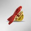 Seitenansicht der roten AIDS-Schleife. Sie ist eine Brosche und hat hinten einen goldenen Pin.