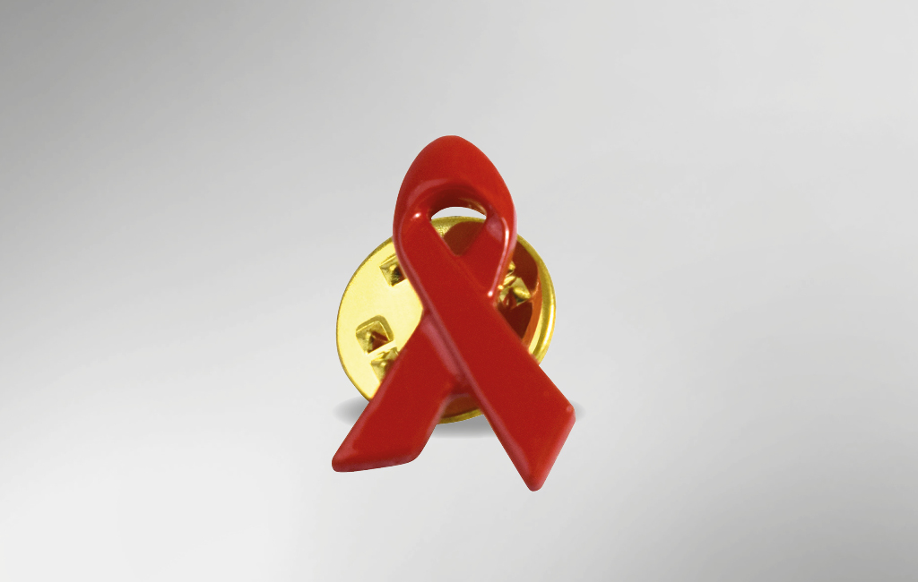 Rote AIDS-Schleife aus Metall.