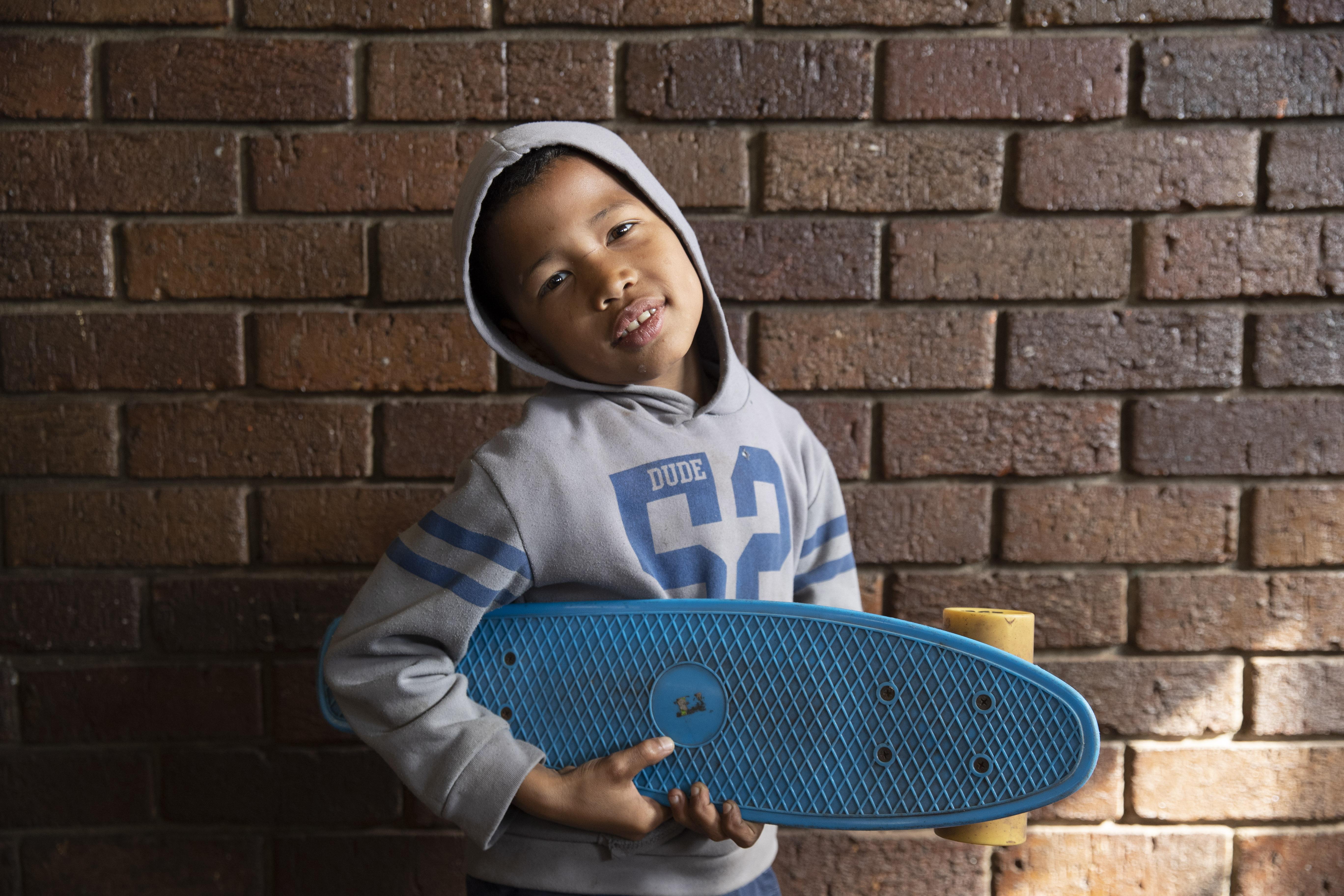 Für den Jungen in der Nachmittagsbetreuung bei HOPE ist sein Skateboard sein wichtigster Besitz.